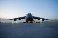 ニュース画像:横田基地を離陸前のC-5輸送機、ブレーキシステムの不具合で液漏れ