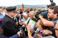 ニュース画像 5枚目:関係者とメディアの歓迎を受けるパイロットたち