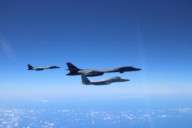 ニュース画像 1枚目:尖閣諸島付近で訓練するF-15JとB-1B