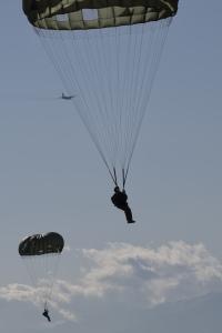 ニュース画像 1枚目:C-130での降下訓練、イメージ