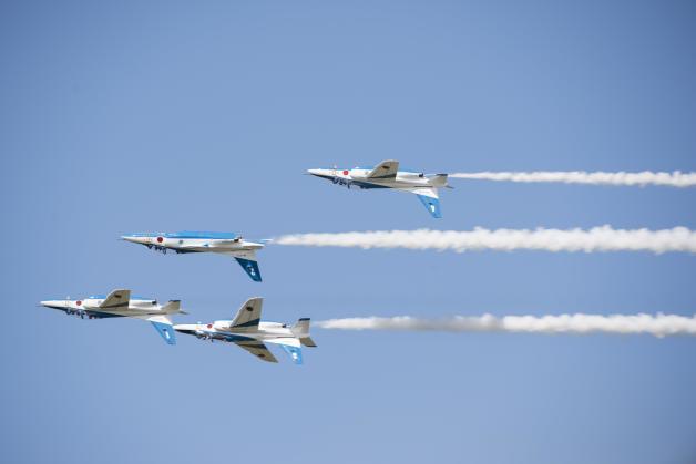 ニュース画像 1枚目:三沢基地で展示飛行したブルーインパルス