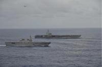 ニュース画像 1枚目:手前から、いせとロナルド・レーガン、左上は艦載機 9月14日