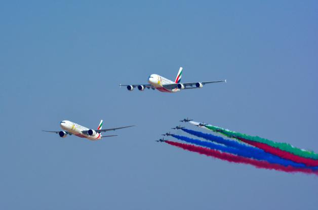 ニュース画像 1枚目:エミレーツ航空の777とA380、アル・フルサンの編隊飛行