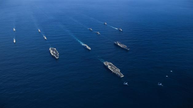 ニュース画像 1枚目:B-1BとCVN-76、CVN-68、CVN-71の空母3隻と海自護衛艦