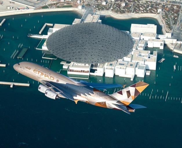 ニュース画像 1枚目:ルーヴル・アブダビの上空を飛行するA380