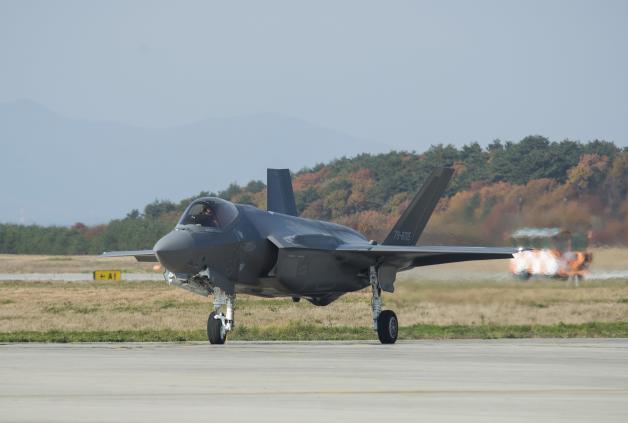 """新聞圖片第一件:F - 35A降落在三澤,""""79 - 8705"""""""