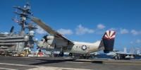 ニュース画像 1枚目:CVN-76に着艦するVRC-30のC-2グレイハウンド