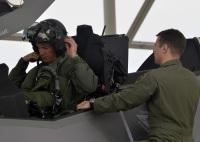 ニュース画像:ルークAFB、F-35A最初の訓練飛行の学生は航空団司令