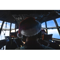 ニュース画像 2枚目:ミクロネシア連邦上空をサンタ帽をかぶった隊員を乗せたC-130で飛行