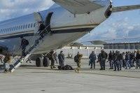 ニュース画像 1枚目:VAQ-141、VFA-115の部隊が飛行機で移動