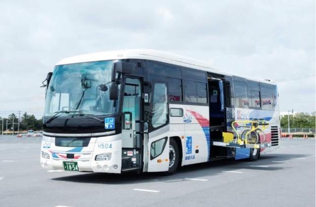 ニュース画像 1枚目:実証運行で使用するリフト付き高速バス車両