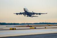 ニュース画像:デルタ747-400のラストフライト 機内は747で出会った乗務員の挙式実施