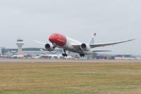 ニュース画像 1枚目:ロンドン・ガトウィック空港を離陸するノルウェイジャンの787