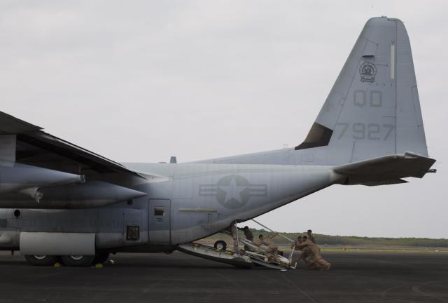 ニュース画像 1枚目:KC-130Jに支援機材を搭載するVMGR-152の隊員