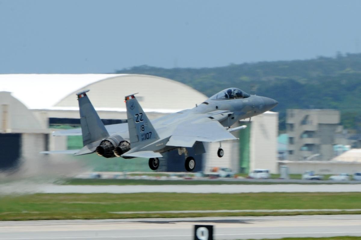 ニュース画像 1枚目:最終飛行へ離陸する18WG司令搭乗機のF-15C「85-0107」