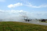 ニュース画像 3枚目:着陸後、放水アーチの歓迎を受けるヘッカー准将搭乗機