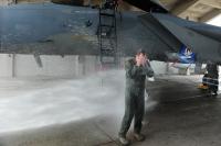 ニュース画像 4枚目:バケツシャワーの祝福を受けるヘッカー准将