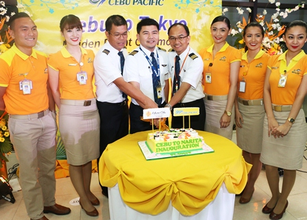 ニュース画像 2枚目:就航で定番のケーキカット