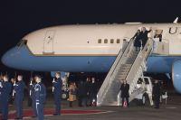 ニュース画像:ペンス副大統領、エア・フォース・ツー C-32Aで横田基地に飛来