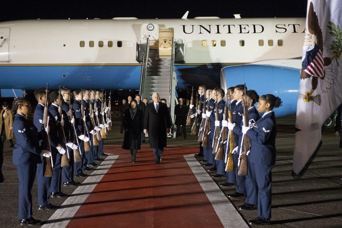 ニュース画像 2枚目:平昌オリンピックの開会式に向かう途上、横田基地に立ち寄ったペンス副大統領