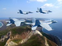 ニュース画像:アメリカ海軍F/A-18Eスーパーホーネット、摺鉢山上空を追悼飛行