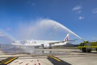 ニュース画像 1枚目:キャンベラで歓迎を受けるカタール航空の777-300ER