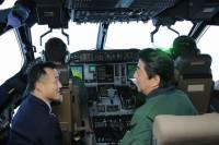 ニュース画像:空自C-2輸送機に安倍首相が搭乗・視察