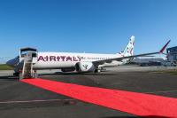 ニュース画像:エア・イタリー、初の737MAXを受領、新塗装機を公開