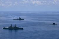 ニュース画像 1枚目:手前に「せとぎり」、奥がインド海軍「ランジット」と右にインド海軍潜水艦