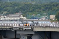 ニュース画像 2枚目:飛行甲板で水兵と回転翼機による登舷礼