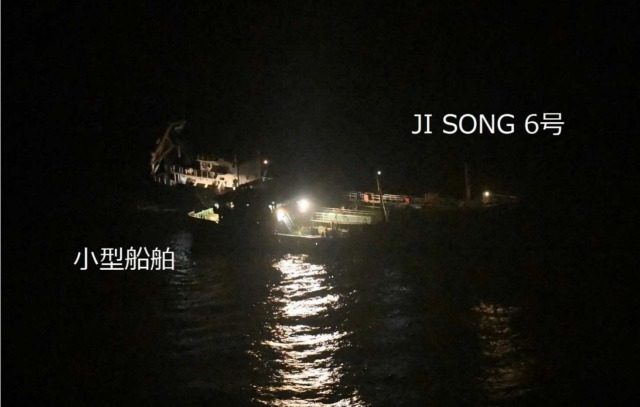 ニュース画像 1枚目:北朝鮮船籍タンカー「JI SONG 6号」と船籍不明の小型船舶。5月19日3時20分頃撮影