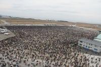 ニュース画像 1枚目:築城基地航空祭での基地の様子、奥に滑走路