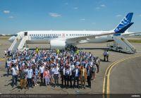 ニュース画像 6枚目:エアバスの社員たちとA220-300