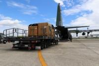 ニュース画像 1枚目:小牧基地で生活支援の物資を搭載するC-130H