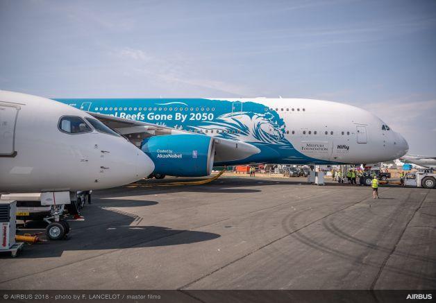 ニュース画像 1枚目:駐機場でA220と並ぶA380
