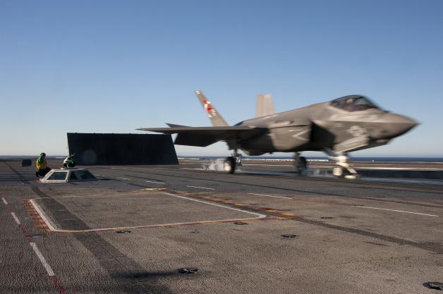 ニュース画像 1枚目:2014年11月6日、空母USSニミッツ(CVN-68)艦上で試験を受けるF-35CライトニングII