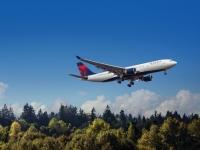 ニュース画像:デルタ航空、機内や空港ラウンジで使い捨てプラスチック製品の使用を廃止