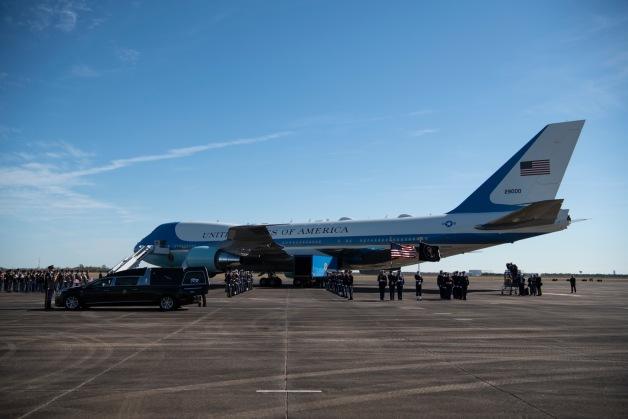 ニュース画像 1枚目:エリントンフィールドに到着したVC-25A