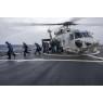 ニュース画像 2枚目:海自SH-60KがDDG-65のヘリコプター甲板に着艦