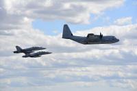 ニュース画像:岩国のKC-130空中給油機とF/A-18ホーネットが墜落