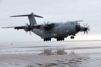 ニュース画像 1枚目:ビーチに着陸するA400M