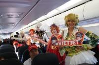 ニュース画像 1枚目:関西/ホーチミン線初便の機内でコスプレパフォーマンス