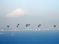 ニュース画像 1枚目:富士山を背景に年頭編隊飛行訓練