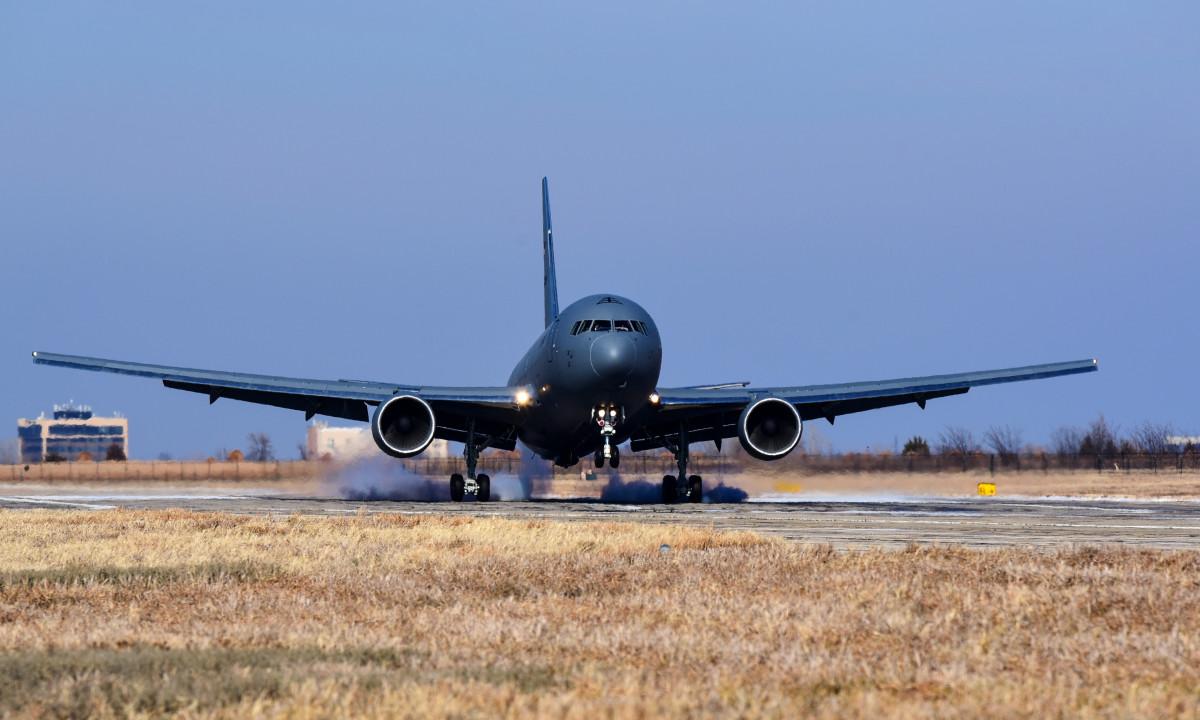 ニュース画像 1枚目:マッコーネル空軍基地に到着したKC-46A