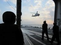 ニュース画像 1枚目:すずなみ甲板とSH-60J