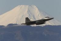 ニュース画像:横田基地、F-22とKC-135がダイバート 所属などは不明