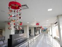 ニュース画像:庄内空港、雛祭りにあわせ酒田のつるし飾り「傘福」などを展示