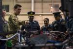ニュース画像 2枚目:視察するスリランカ空軍