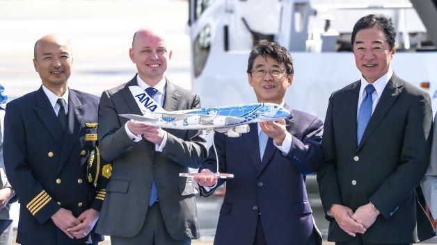 ニュース画像 1枚目:左から、ANAの古川機長、エアバス・ジャパンのジヌー社長、ANAの片野坂社長、石田支店長