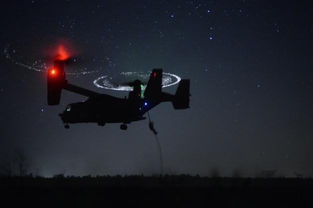 ニュース画像 1枚目:夜間ファストロープ降下訓練を行うCV-22Bオスプレイ。特殊部隊の侵入・回収、戦闘地域でのコンバット・レスキューが本来の任務。